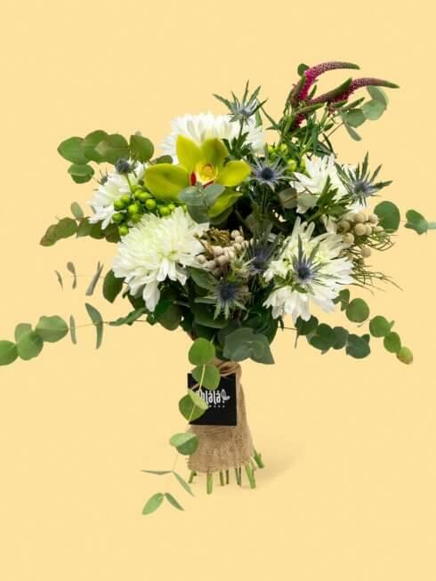 beyaz krizantemli güzel çiçek buketi
